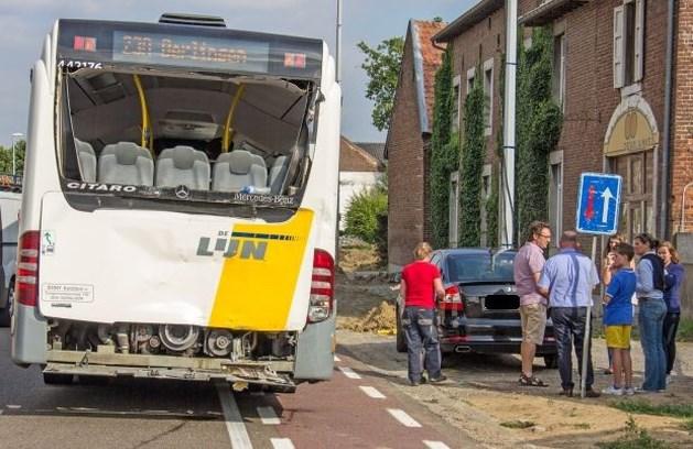 Truck rijdt in op bus met schoolkinderen
