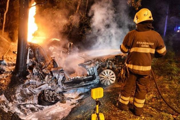 Gewonde bestuurder uit brandende auto gered door voorbijgangers