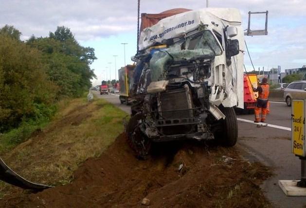 Gekantelde vrachtwagen veroorzaakt verkeershinder op E313