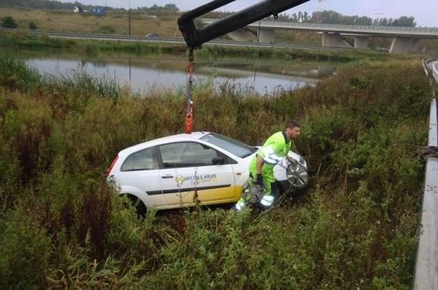 Auto belandt net niet in vijver op Klaverblad