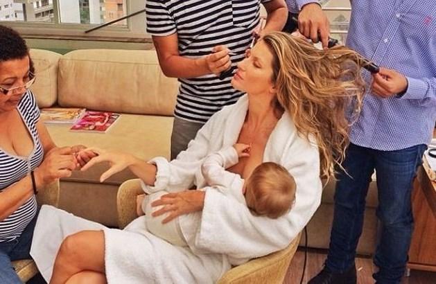 Topmodel geeft dochtertje borstvoeding tijdens styling