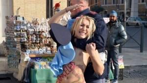 Femen-lid trekt op Sint-Pietersplein t-shirt uit voor abortus