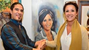 Iraanse kunstleraar portretteert burgemeester Hilde Claes