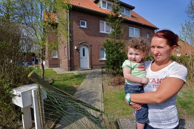 Gezin na 5 jaar wachten op sociale woning uit gekraakt huis gezet