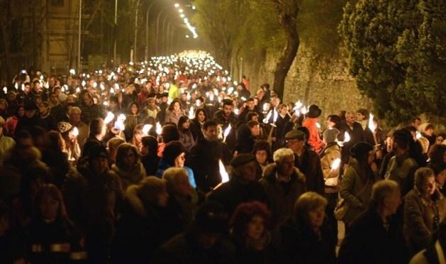 Duizenden mensen herdenken aardbeving L'Aquila