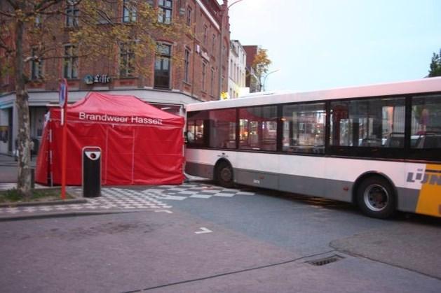 Vrouw met friet  in hand belandt tegen bus