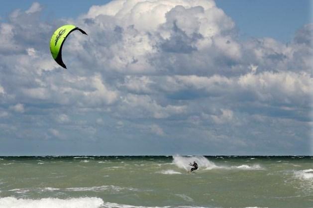 Twee surfers uit de Noordzee gehaald