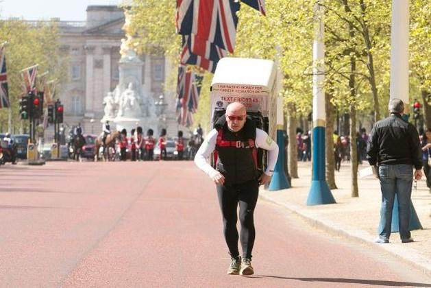 'Tony the Fridge' loopt dubbele marathon van Londen met koelkast op de rug