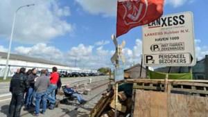 Werkwilligen Lanxess onder politiebegeleiding naar fabriek