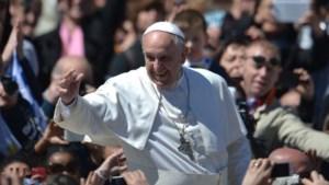 Paus viert Pasen met tienduizenden gelovigen uit de hele wereld