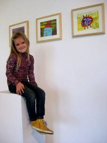Vijfjarige Arthe stelt kunstwerken tentoon