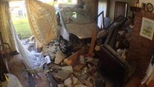Auto rijdt woonkamer binnen (video)