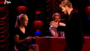Bart Cannaerts pakt Jennifer Hoffman bij de borsten voor tv